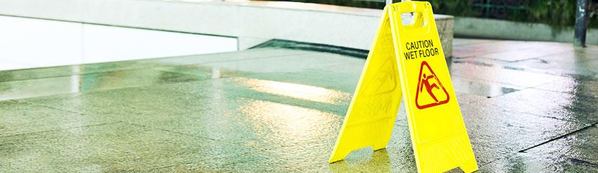 ασφάλεια αστικής ευθύνης μικρομεσαίων επιχειρήσεων by generali, εικόνα caution wet floor