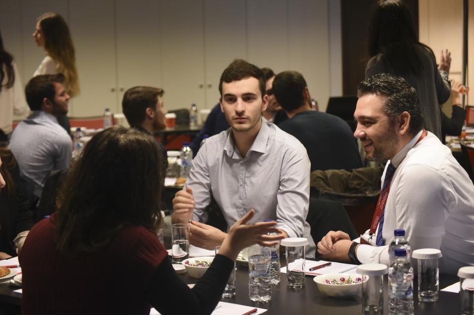 Ο Strategy Coordinator κ. Παναγιώτης Ασημακόπουλος συνομιλεί με τους φοιτητές