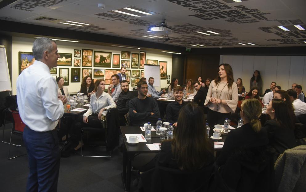 Ο CEO κ. Πάνος Δημητρίου συνομιλεί με τους συμμετέχοντες
